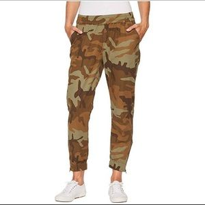Levi's Camo Jet Set cropped tapered joggers